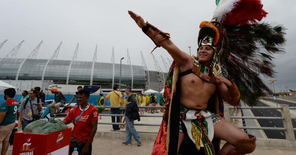 17.jun.2014 - Povo asteca é lembrado por este fã mexicano antes da partida contra o Brasil no Castelão