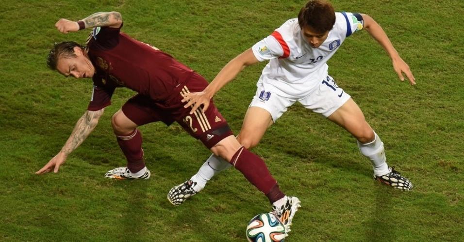 Russo e sul-coreano disputam a bola durante jogo na Arena Pantanal