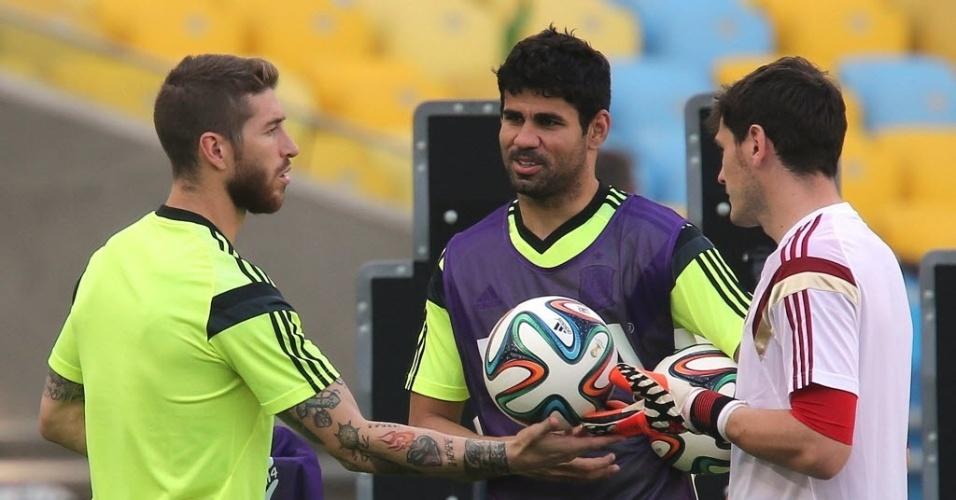 17.jun.2014 - Sérgio Ramos, Diego Costa e Iker Casillas conversam durante treino da Espanha no Maracanã