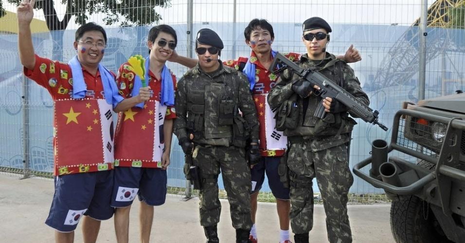 Sul-coreanos se fantasiam com uniforme do Exército para acompanhar o jogo contra a Rússia