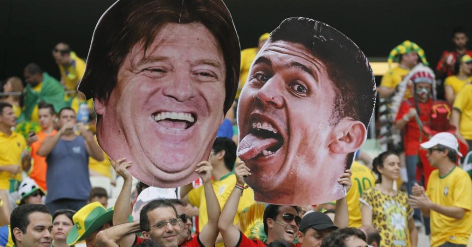 17.jun.2014 - Técnico mexicano Miguel Herrera e atacante Oribe Peralta são retatados em cartaz gigante feitos pela torcida mexicana