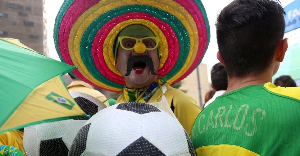 17.jun.2014 - Torcedor capricha na fantasia para acompanhar o jogo do Brasil na Fan Fest de São Paulo