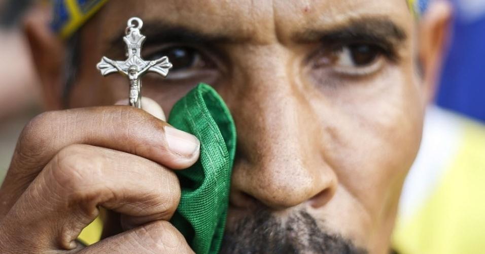 17.jun.2014 - Torcedor presente na Fan Fest de São Paulo aposta na fé para Brasil superar o México