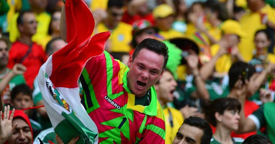 17.jun.2014 - Torcedor usa uniforme chamativo da época do goleiro Jorge Campos para dar apoio ao México em Fortaleza