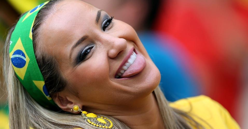 17.jun.2014 - Torcedora escolheu até a faixa do cabelo com a bandeira brasileira para torcer pela seleção em Fortaleza