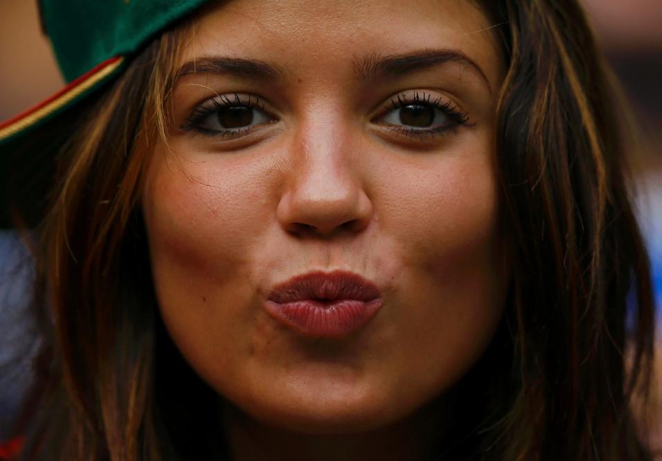 """17.jun.2014 - Torcedora mexicana usa boné para o lado estilo """"Serginho Mallandro"""" e manda beijo para a câmera"""