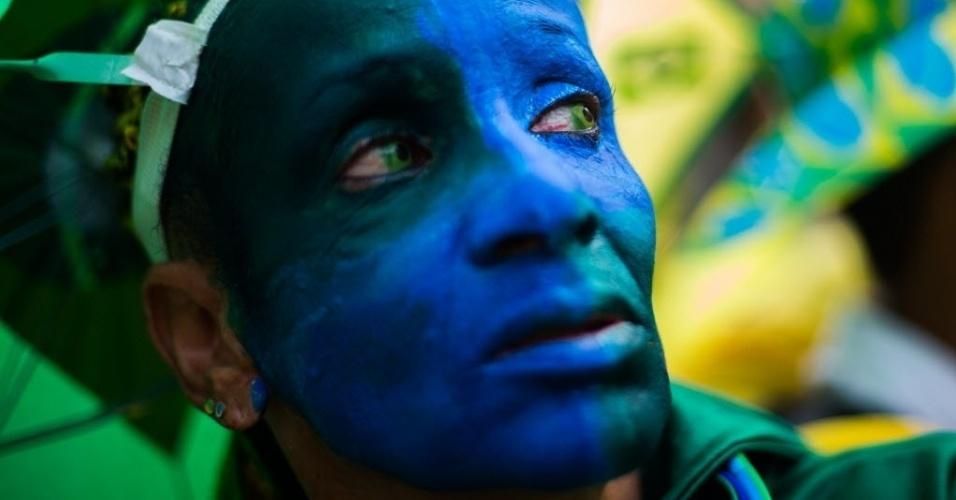 17.jun.2014 - Torcedora pintada nas cores do Brasil acompanha o segundo jogo do Brasil na Copa do Mundo na Fan Fest de São Paulo
