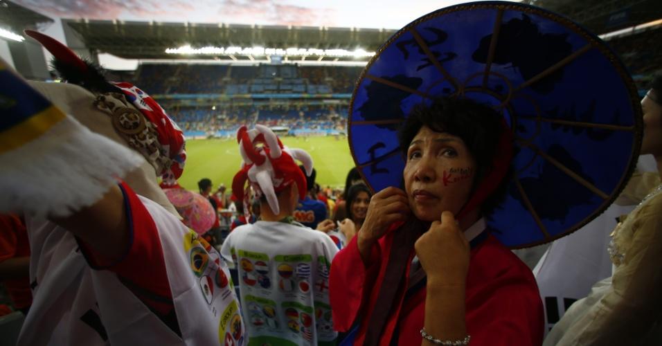 17.jun.2014 - Torcedora sul-coreana usa chapéu típico para torcer pelo país na partida contra a Rússia