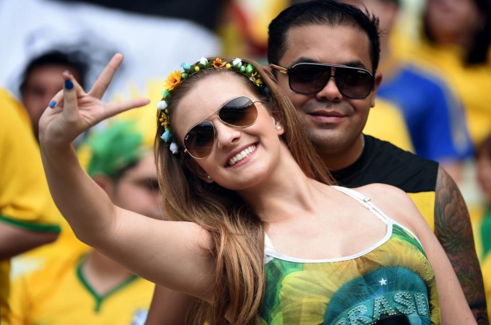 17.jun.2014 - Torcedora usa acessórios tropicais para torcer pelo Brasil no Castelão