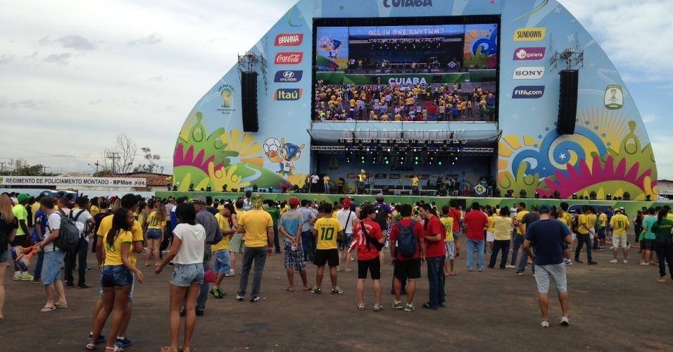 17.jun.2014 - Torcedores começam a chegar para a Fan Fest montada em Cuiabá para acompanhar o jogo entre Brasil e México