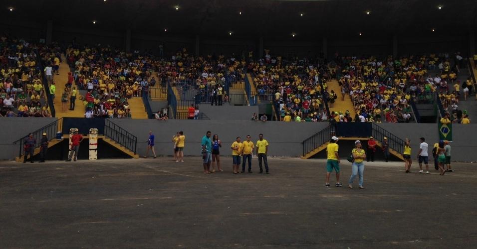 17.jun.2014 - Torcedores começam a se acomodar em Fan Fest de Cuiabá antes do início do jogo do Brasil