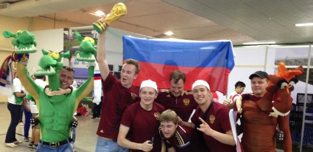 17.jun.2014 - Torcedores da Rússia comemoram vitória em bate-bola contra sul-coreanos em Cuiabá