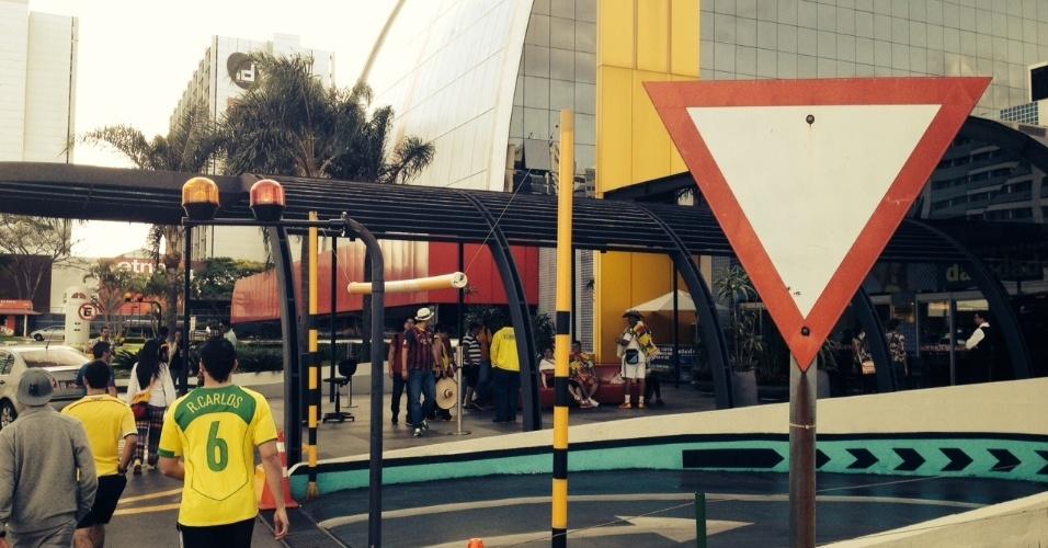 17.jun.2014 - Torcedores gringos e brasileiros chegam a shopping de Brasília para acompanhar partida contra o México nesta terça-feira (17): falta de opção na área central da cidade
