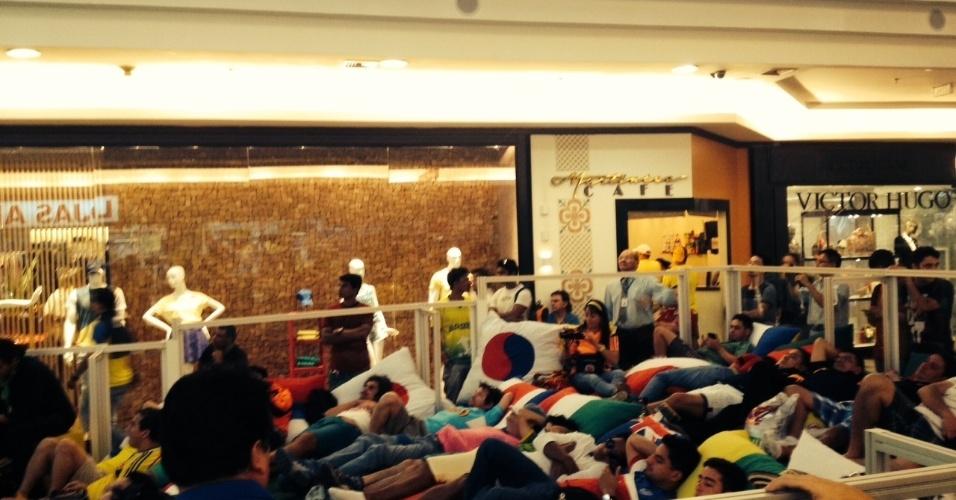 17.jun.2014 - Torcedores gringos e brasileiros se juntam para assistir ao empate do Brasil contra o México na terça-feira (17) em shopping de Brasília