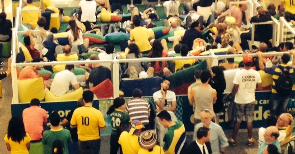 17.jun.2014 - Torcedores gringos e brasileiros se juntam para assistir ao empate do Brasil contra o México na terça-feira (17) em shopping de Brasília: falta de opções na área central de Brasília