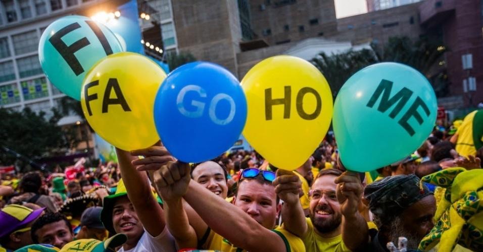 17.jun.2014 - Torcedores na Fan Fest de São Paulo protestam contra a Fifa