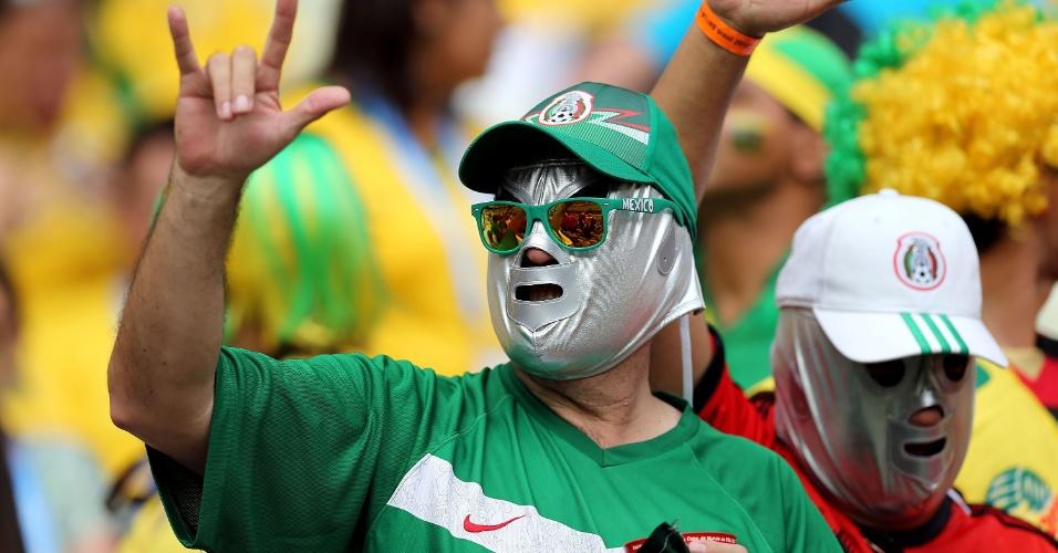 17.jun.2014 - Torcedores usam máscaras típicas dos praticantes de lucha libre, muito tradicional no México