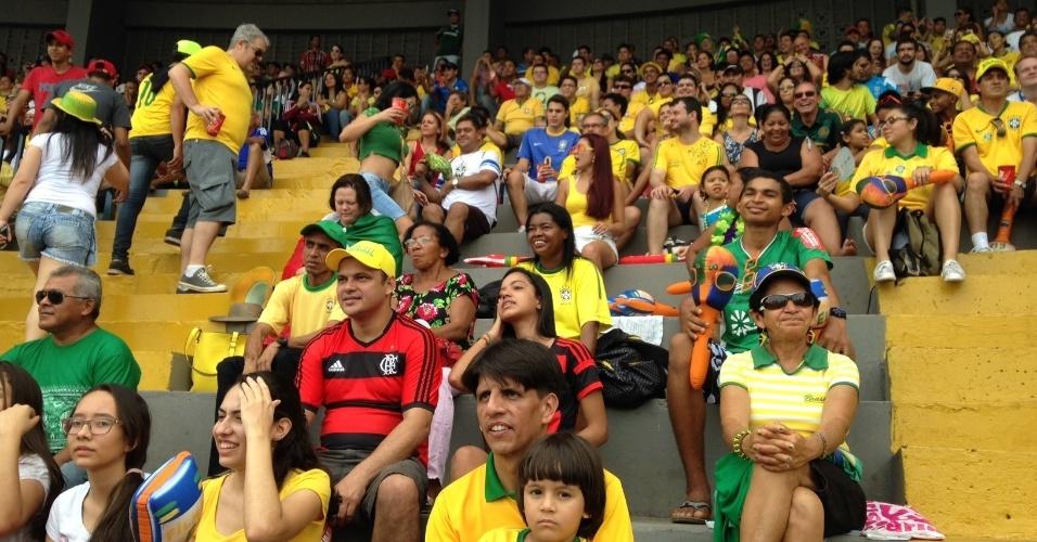 17.jun.2014 - Torcida brasileira aguardada sentada o segundo jogo da seleção na Fan Fest de Cuiabá