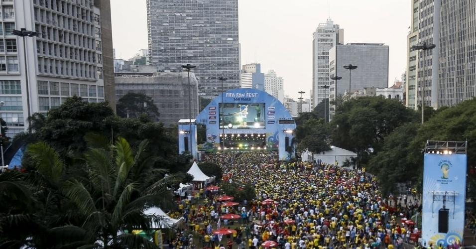 17.jun.2014 - Torcida lota a Fan Fest de São Paulo para acompanhar a partida entre Brasil e México