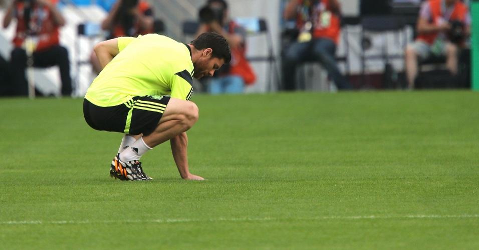 17.jun.2014 - Xabi Alonso, da seleção espanhol, toca no gramado do Maracanã durante treinamento