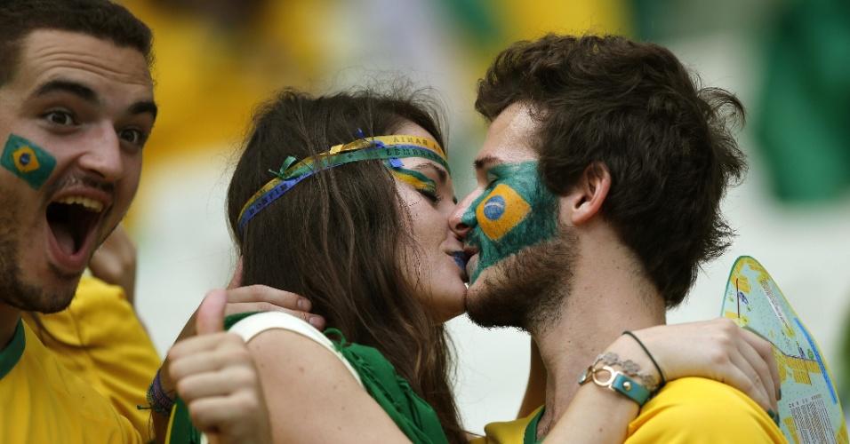Amor na arquibancada: torcedores do Brasil se beijam no Castelão, antes da partida contra o México