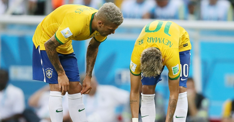 17.jun.2014 - Ao lado de Daniel Alves, Neymar ajeita a bola para cobrar falta contra o México