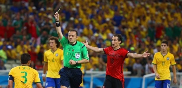 Árbitro Cuneyt Cakir mostra o cartão amarelo para Thiago Silva