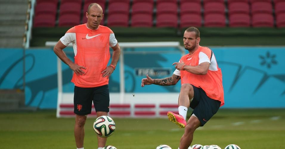 Arjen Robben e Wesley Sneijder treinam chutes no estádio do Beira-Rio