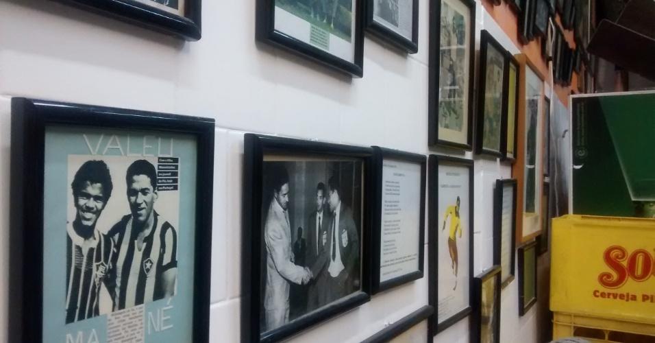 Arlindo Ventura, dono do bar, possui vasta coleção de artigos ligados a Garrincha