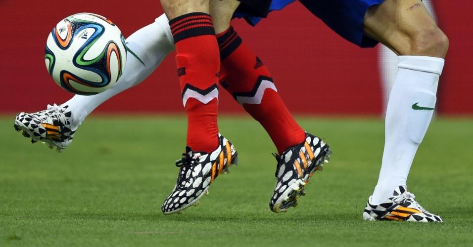 As chuteiras de Daniel Alves (meias brancas) e Andres Guardado se destacam no gramado do Castelão