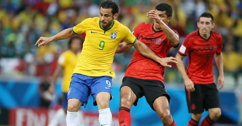 17.jun.2014 - Atacante Fred encara marcação mexicana no empate por 0 a 0 no Castelão