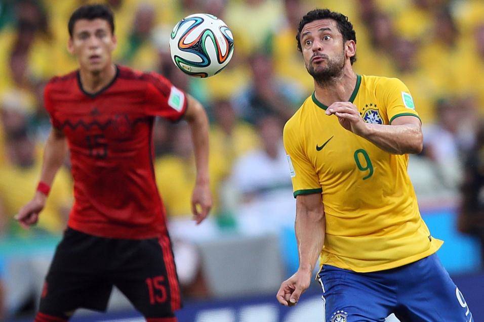 17.jun.2014 - Atento ao jogo, Fred tenta dominar a bola no primeiro tempo da partida entre Brasil e México, no Castelão