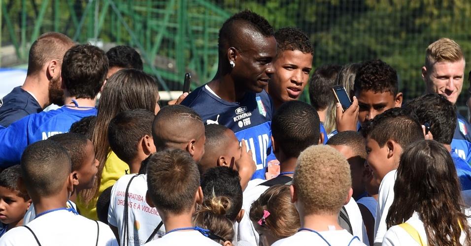 Balotelli é tietado por crianças durante da seleção da Itália treino no Rio de Janeiro