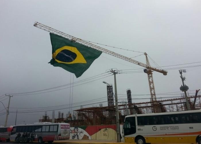 Bandeira brasileira em obra se destaca na paisagem de Fortaleza