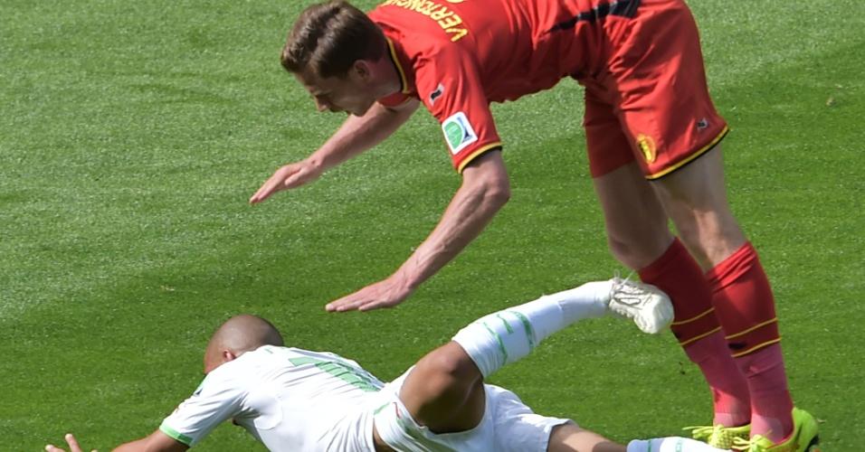 Belga Jan Vertonghen tenta se equilibrar para não cair em cima de Feghouli  durante partida entre Bélgica e Argélia
