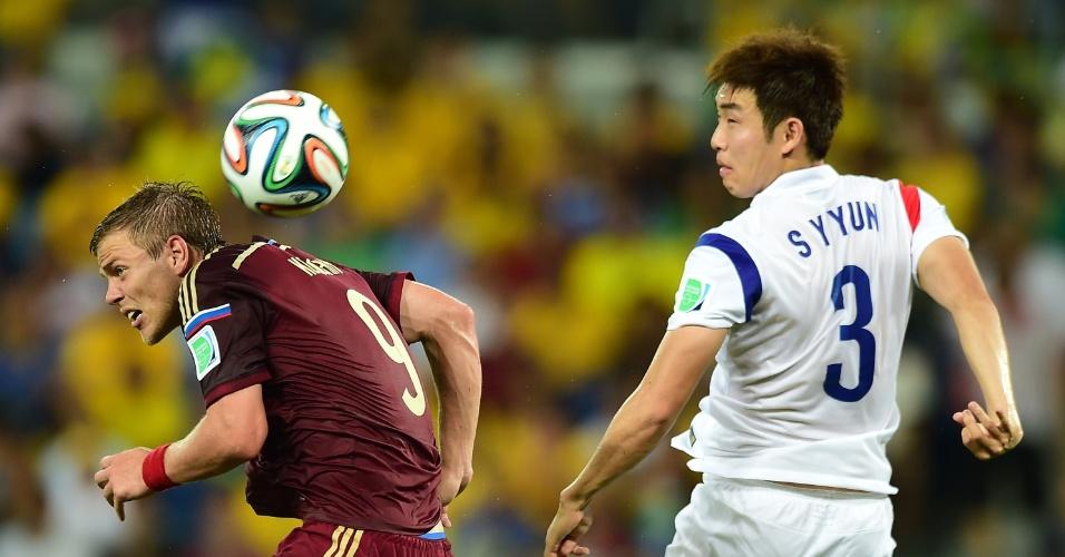 Bola dividida pelo alto por Alexander Kokorin, da Rússia, e Yun Suk-Young, defensor sul-coreano