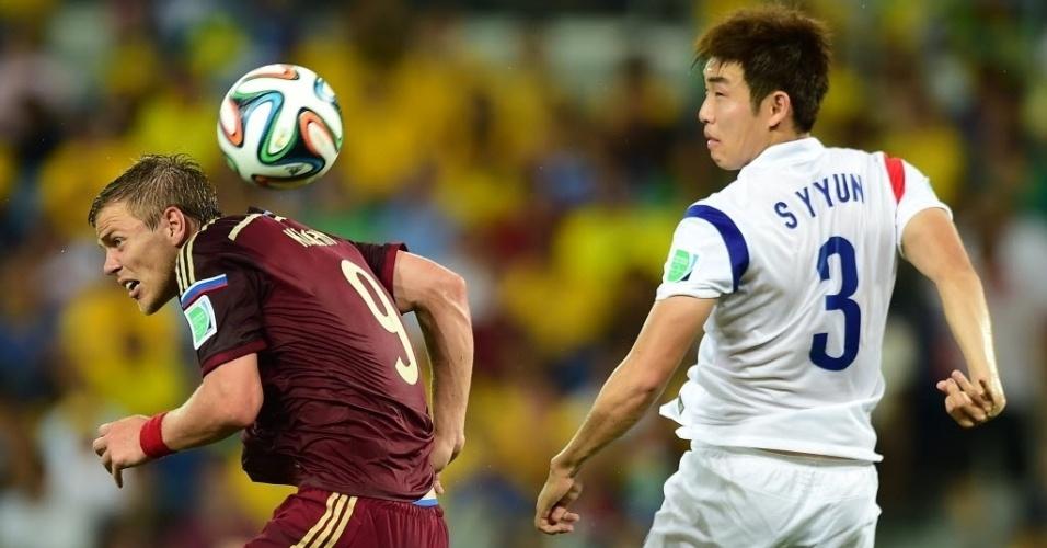 Bola é disputada pelo alto por Alexander Kokorin, da Rússia, e Yun Suk-Young, da Coreia do Sul