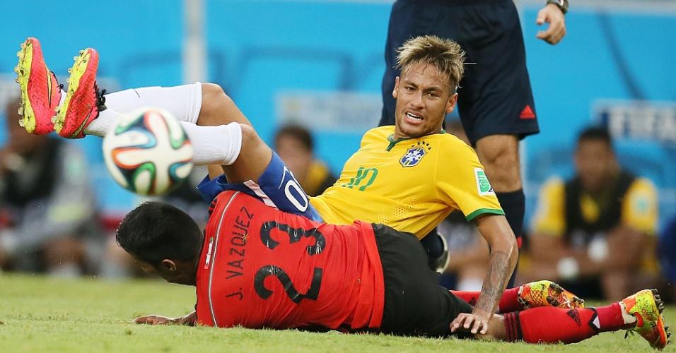 17.jun.2014 - Brasileiro Neymar fica no chão após dividida com o mexicano Vázquez no Castelão