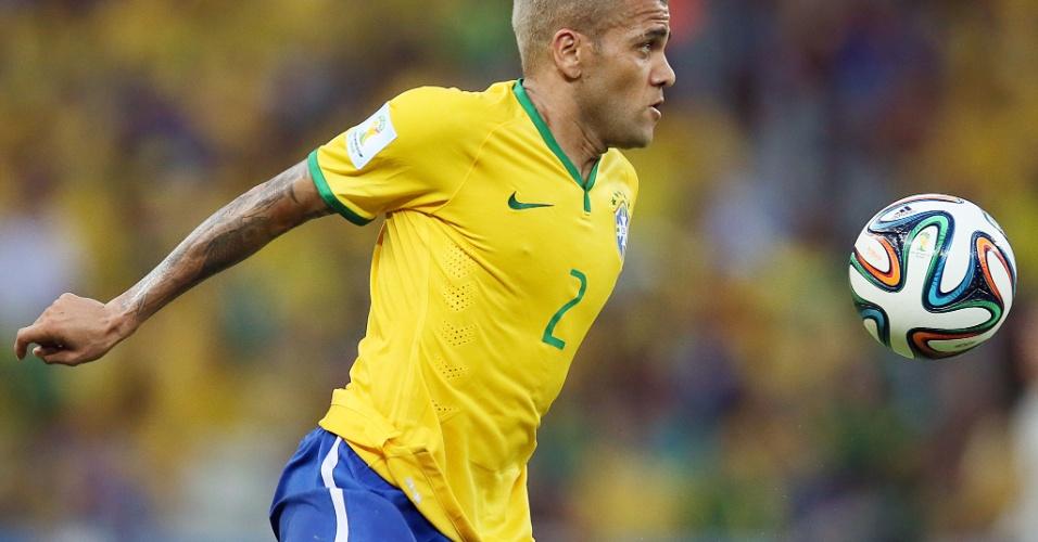 17.jun.2014 - Com o cabelo descolorido, lateral Daniel Alves domina a bola no empate contra o México