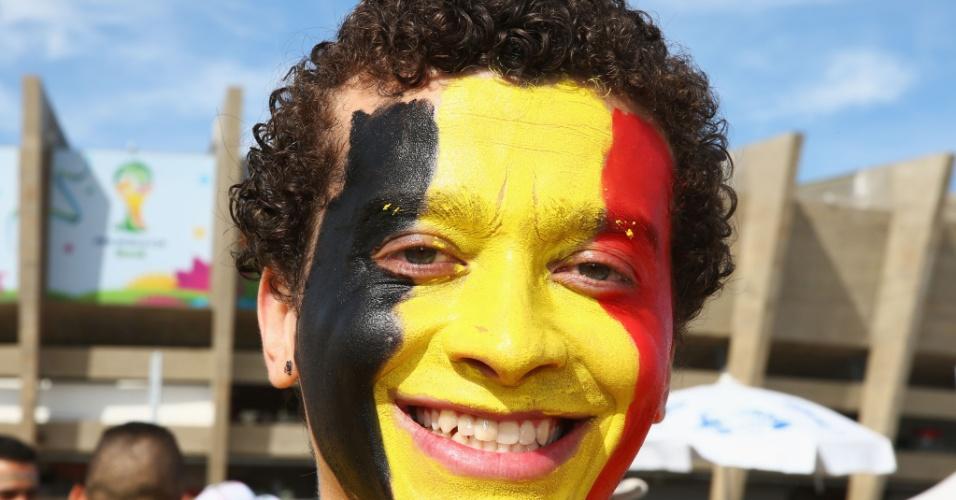 Com rosto pintado, torcedor da Bélgica comparece ao Mineirão para a partida contra a Argélia