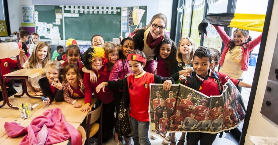 Crianças de uma escola primária de Bruxelas vestem as cores da bandeira do país no dia da estreia da Bélgica na Copa do Mundo