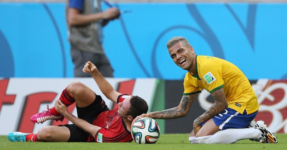 17.jun.2014 - Daniel Alves comete falta e sorri no gramado do Castelão na partida contra o México
