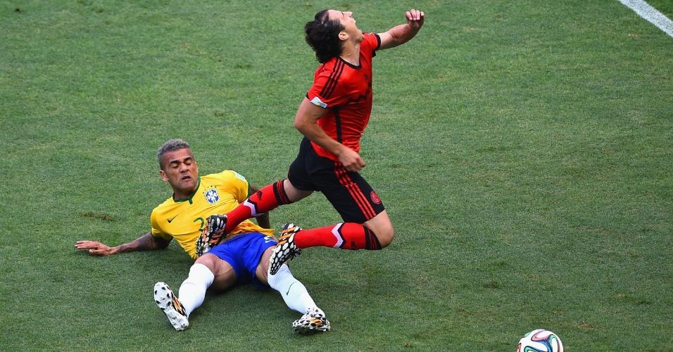 17.jun.2014 - Daniel Alves comete falta no mexicano Andres Guardado, durante o segundo jogo do Brasil na Copa