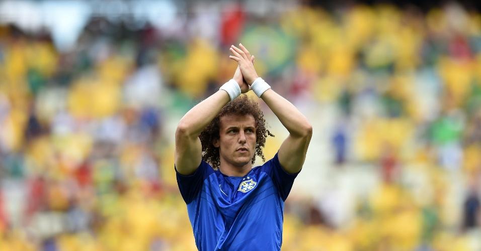 17.jun.2014 - David Luiz agradece à torcida presente no Castelão durante aquecimento da seleção
