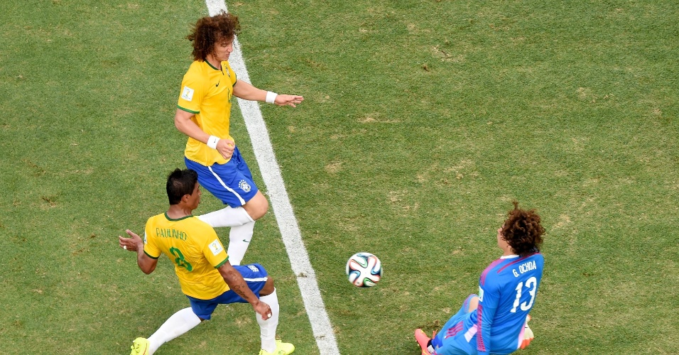 17.jun.2014 - David Luiz e Paulinho chegam perto do gol de Ochoa, grande destaque do México no empate por 0 a 0