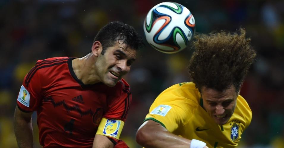 17.jun.2014 - David Luiz e Rafael Marquez dividem a bola no empate por 0 a 0 no Castelão