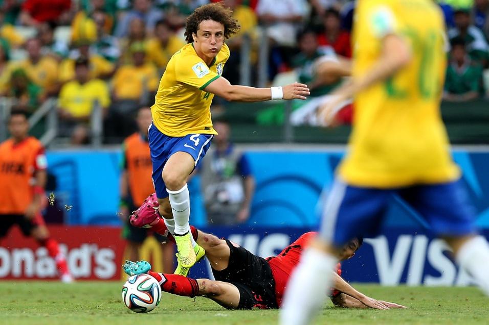 17.jun.2014 - David Luiz se esforça para recuperar a bola e armar contra-ataque para a seleção brasileira