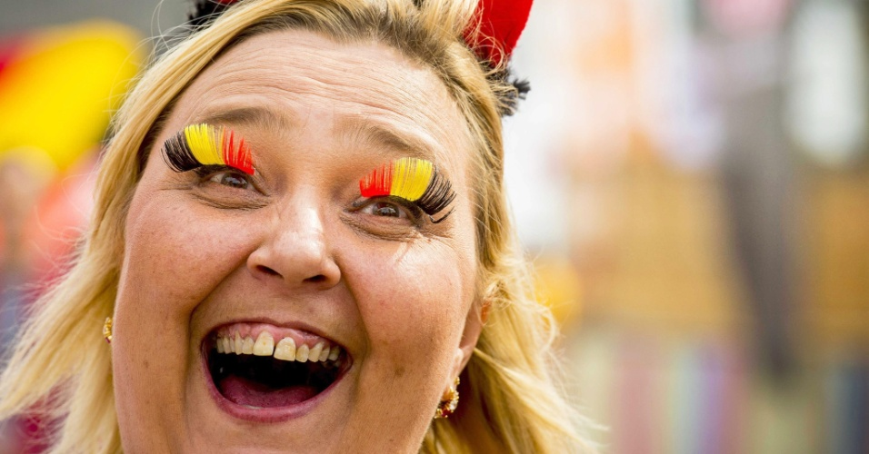 De cílios pintados com as cores da bandeira belga, torcedora apoia seleção na estreia na Copa
