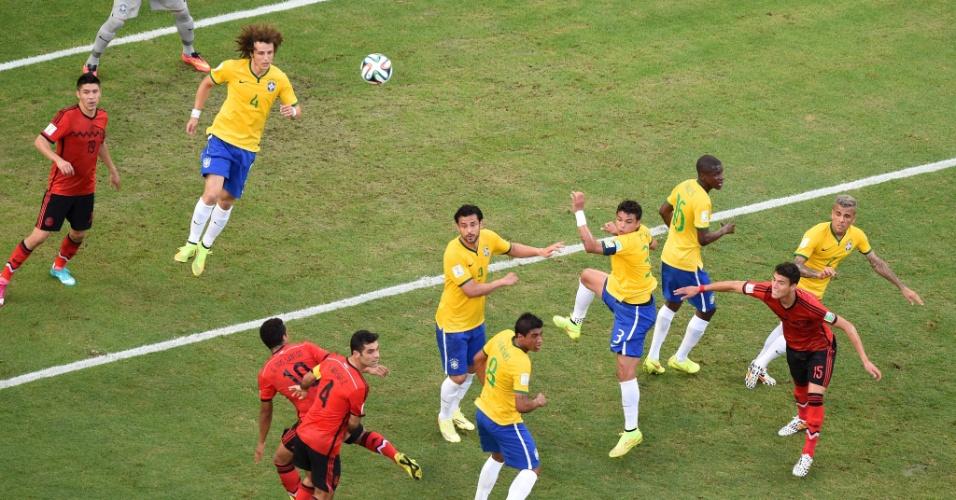 17.jun.2014 - Defesa brasileira afasta perigo pelo alto e joga a bola para longe no jogo contra o México