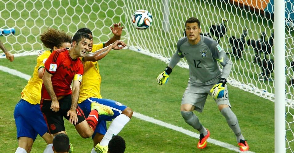 17.jun.2014 - Defesa brasileira marca de perto Rafael Marquez após cruzamento mexicano no empate por 0 a 0